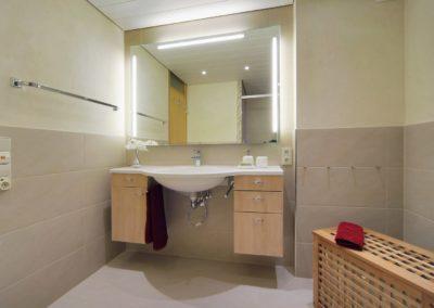 badsanierung teilsanierung - duschbad mit waschtisch und toilette1
